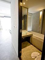 プーケット ファミリー&グループのホテル : シュガーパーム グランド ヒルサイド(Sugar Palm Grand Hillside)のグランド デラックスルームの設備 Bath Room