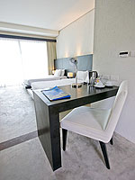 プーケット ファミリー&グループのホテル : シュガーパーム グランド ヒルサイド(Sugar Palm Grand Hillside)のグランド ジャグジー デラックスルームの設備 Writing Desk