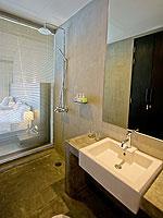 プーケット ファミリー&グループのホテル : シュガーパーム グランド ヒルサイド(Sugar Palm Grand Hillside)のグランド ジャグジー デラックスルームの設備 Bath Room