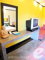 プーケット ファミリー&グループのホテル : ノボテル プーケット カロン ビーチ リゾート & スパ(Novotel Phuket Karon Beach Resort & Spa)のジュニア スイートルームの設備 Writing Desk