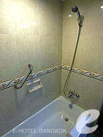 バンコク カップル&ハネムーンのホテル : タワナ バンコク(Tawana Bangkok)のスーペリア トリプルルームの設備 Bathroom