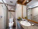 プーケット 5,000~10,000円のホテル : タラ パトン ビーチ リゾート&スパ(Thara Patong Beach Resort & Spa)のデラックス ドルフィンルームの設備 Bath Room