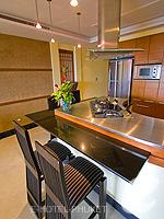 プーケット カタビーチのホテル : ザ アスパシア プーケット(The Aspasia Phuket)の1ベッドルーム ガーデン スイートルームの設備 Dining Kitchen