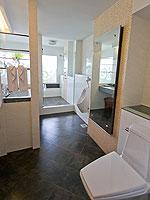 プーケット プールアクセスのホテル : ザ ブリス サウス ビーチ パトン(The Bliss South Beach Patong)のデラックス スイートルームの設備 Bath Room