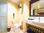 プーケット ファミリー&グループのホテル : ザ ブリーザ ビーチ リゾート カオラック(The Briza Beach Resort Khao Lak)のデラックス ウィズ バルコニールームの設備 Bath Room