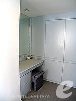 パタヤ シラチャーのホテル : ザ シティー ホテル シラチャ(The City Hotel Sriracha)のコーナー スイート (シングル)ルームの設備 Desk