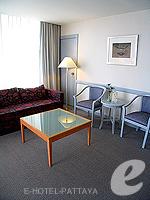 パタヤ シラチャーのホテル : ザ シティー ホテル シラチャ(The City Hotel Sriracha)のコーナー スイート (ツイン)ルームの設備 Living Area