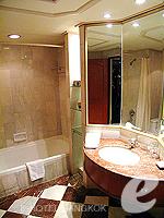 バンコク ファミリー&グループのホテル : ザ エメラルド ホテル(The Emerald Hotel)のスーペリアルームの設備 Bathroom