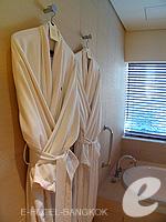 バンコク シーロム・サトーン周辺のホテル : コモ メトロポリタン バンコク(COMO Metropolitan Bangkok)のメトロポリタン ルームルームの設備 Bathrobe
