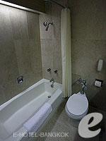 バンコク シーロム・サトーン周辺のホテル : ザ モンティエン ホテル バンコク(The Montien Hotel Bangkok)のスーペリアルームの設備 Bathroom