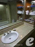 バンコク シーロム・サトーン周辺のホテル : ザ モンティエン ホテル バンコク(The Montien Hotel Bangkok)のデラックスルームの設備 Bathroom