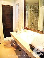 プーケット パトンビーチのホテル : ザ ロイヤル パーム ビーチフロント(The Royal Palm Beach Front)のスイートルームの設備 Bathroom