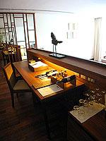 プーケット ビーチフロントのホテル : ザ サロジン(The Sarojin)のガーデン レジデンスルームの設備 Writing Desk