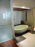 プーケット カオラックのホテル : ザ サロジン(The Sarojin)のガーデン レジデンスルームの設備 Bath Room