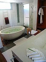 プーケット ビーチフロントのホテル : ザ サロジン(The Sarojin)のスパ スイートルームの設備 Bath Room