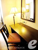 バンコク シーロム・サトーン周辺のホテル : ザ サンライズ レジデンス サラデーン(The Sunrise Residence Saladaeng)のダブルベット スタジオルームの設備 Writing Desk