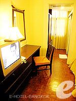 バンコク シーロム・サトーン周辺のホテル : ザ サンライズ レジデンス サラデーン(The Sunrise Residence Saladaeng)のツインベット スタジオルームの設備 Writing Desk