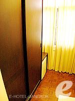 バンコク シーロム・サトーン周辺のホテル : ザ サンライズ レジデンス サラデーン(The Sunrise Residence Saladaeng)のツインベット スタジオルームの設備 Closet