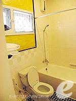 バンコク シーロム・サトーン周辺のホテル : ザ サンライズ レジデンス サラデーン(The Sunrise Residence Saladaeng)のツインベット スタジオルームの設備 Bathroom