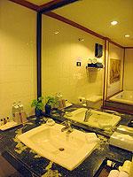 サムイ島 チョンモーンビーチのホテル : ザ ホワイト ハウス ビーチリゾート アンド スパ(The White House Beach Resort & Spa)のスーペリアルームの設備 Bath Room