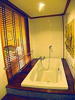 サムイ島 チョンモーンビーチのホテル : ザ ホワイト ハウス ビーチリゾート アンド スパ(The White House Beach Resort & Spa)のスーペリアルームの設備 Bathtub