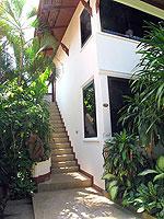 サムイ島 チョンモーンビーチのホテル : ザ ホワイト ハウス ビーチリゾート アンド スパ(The White House Beach Resort & Spa)のデラックスルームの設備 Stairs