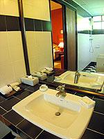 サムイ島 チョンモーンビーチのホテル : ザ ホワイト ハウス ビーチリゾート アンド スパ(The White House Beach Resort & Spa)のデラックスルームの設備 Bath Room