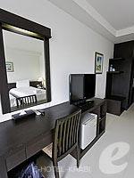 クラビ クラビタウンのホテル : ザ ホワイト パール ホテル(The White Pearl Hotel)のスーペリアルームの設備 Writing Desk