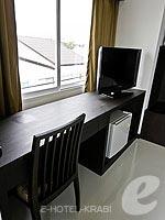 クラビ クラビタウンのホテル : ザ ホワイト パール ホテル(The White Pearl Hotel)のデラックスルームの設備 Writing Desk