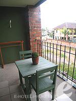 プーケット 5,000円以下のホテル : トニー ロッジ(Tony Lodge)のスタンダード ルームルームの設備 Balcony Double Bed