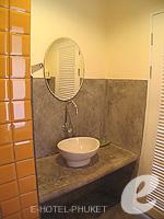 プーケット 5,000円以下のホテル : トニー ロッジ(Tony Lodge)のスタンダード ルームルームの設備 Bathroom Double Bed