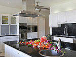 プーケット ファミリー&グループのホテル : ヴィラ アマンジ(Villa Amanzi)の3ベッドルームルームの設備 Kitchen