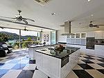 プーケット ファミリー&グループのホテル : ヴィラ アマンジ(Villa Amanzi)の5ベッドルームルームの設備 Kitchen