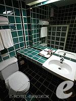 Bathroom : Junior Queen (แกรนด์พาเลซ-ถนนข้าวสาร) โรงแรมในกรุงเทพฯ, ประเทศไทย