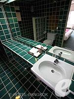 Bath Room : Royal Queen (แกรนด์พาเลซ-ถนนข้าวสาร) โรงแรมในกรุงเทพฯ, ประเทศไทย