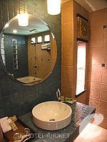 プーケット カロンビーチのホテル : ワラブリ プーケットリゾート&スパ(Woraburi Phuket Resort & Spa)のデラックスルームの設備 Bath Room