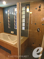 プーケット ファミリー&グループのホテル : ワラブリ プーケットリゾート&スパ(Woraburi Phuket Resort & Spa)のデラックスルームの設備 Bath Room